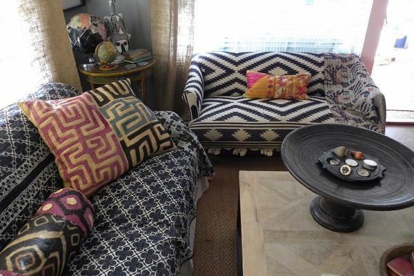 Vải bọc ghế cùng gối dựa họa tiết thổ cẩm
