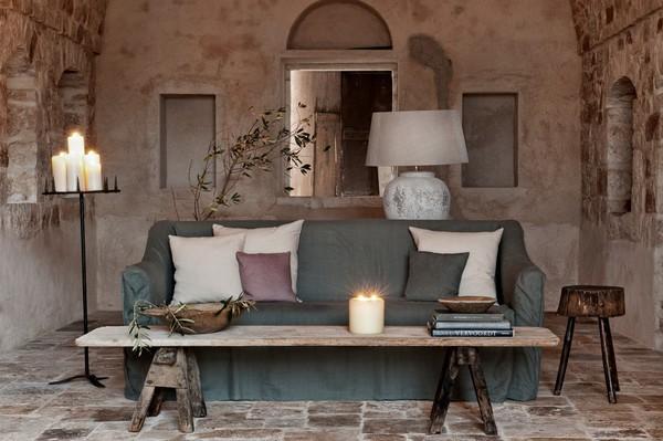 Bàn café gỗ cùng bộ sofa tông màu nền nã