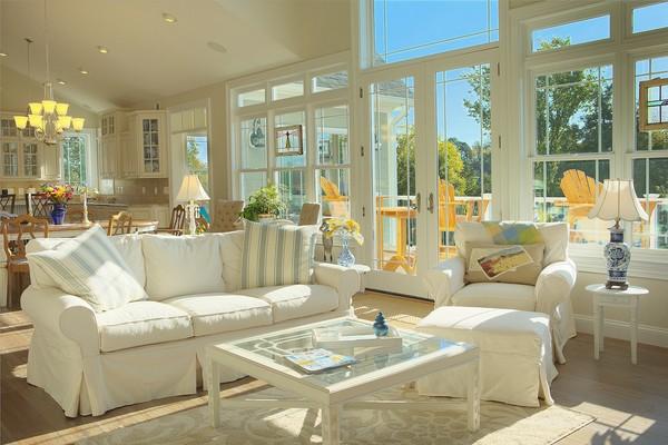 Sofa màu trắng cùng gối ôm phong cách Địa Trung Hải