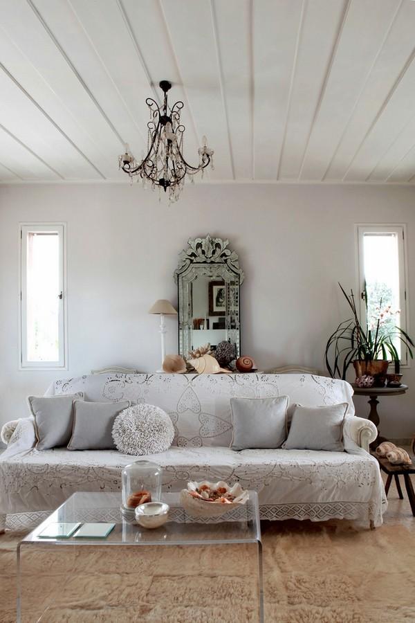 Chiếc ghế sofa mang đến nét đẹp cổ điển cho căn phòng.