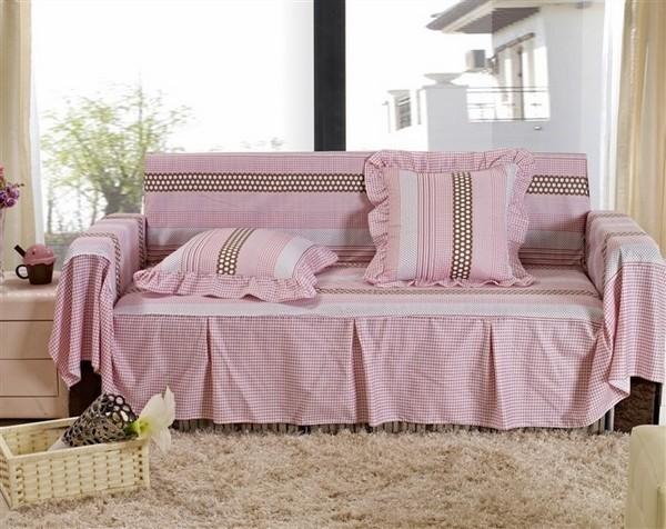 Màu hồng tím cùng những đường viền điệu đà của chiếc sofa