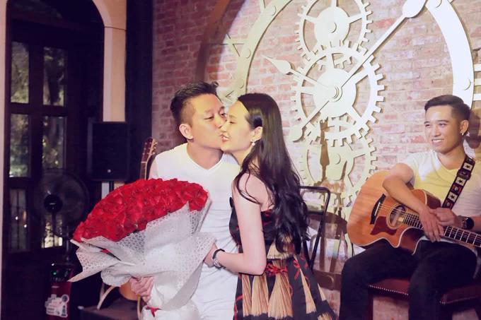 Tuấn Hưng chọn kết hôn với hotgirl Hà Nội Hương Baby vào tháng 04/2014.