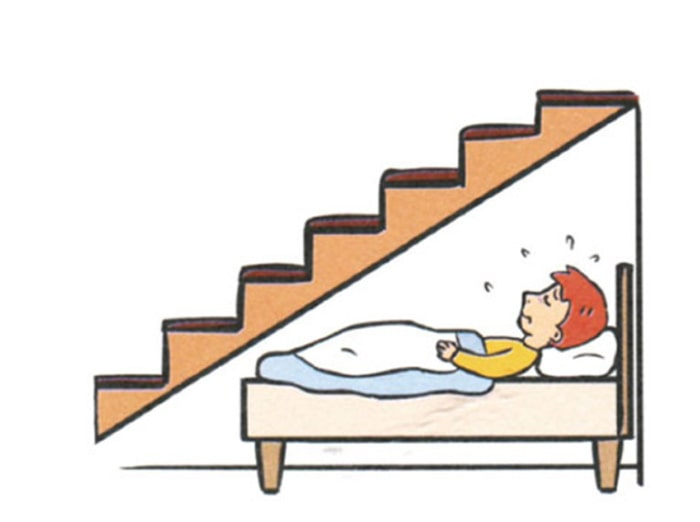 Nằm dưới gầm cầu thang cũng giống nằm dưới xà nhà - điều tốt kỵ nên tránh