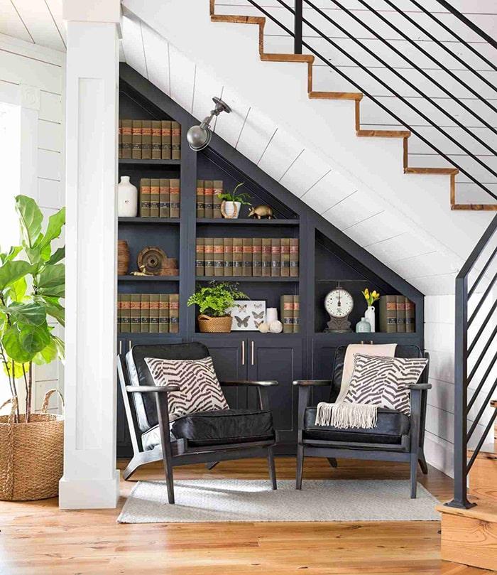 Biến không gian gầm cầu thang thành nơi đọc sách