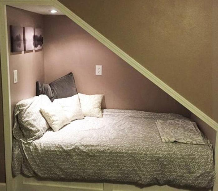 Chiếc giường thoải mái ngay dưới gầm cầu thang