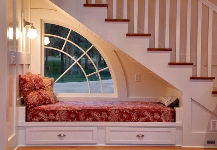 Giường ngủ ấn tượng ngay dưới cầu thang có cửa sổ ngắm cảnh
